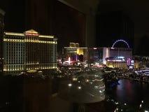 Vegas på natten som ses från Bellagioen Arkivfoto