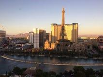 Vegas på skymning som ses från Bellagioen Arkivbild