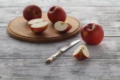Vegaterian śniadania pokrojeni czerwoni jabłka na stole Obrazy Stock