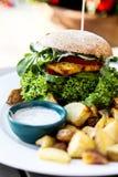 Vegean汉堡用莴苣、蕃茄和土豆 库存图片