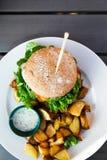 Vegean-Burger mit Kopfsalat, Tomate und Kartoffel lizenzfreie stockbilder