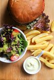 Vegeanhamburger met sla, tomaat, en aardappel royalty-vrije stock afbeelding