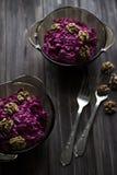 Vegenatiansky ein gesunder Salat von roten Rüben und von Walnüssen Stockfoto