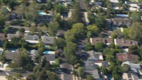 Vegende huizenantenne in de voorsteden stock footage