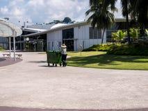 Veger schoonmakende gang in het openbare park Stock Foto's