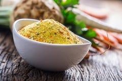 Vegeta调味料加香料调味品用被脱水的红萝卜荷兰芹芹菜欧洲防风草和盐有或没有谷氨酸 免版税库存照片