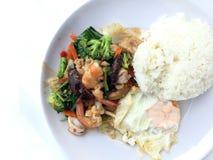 Vegetable блюдо stir-фрая с тайской здоровой едой stir-зажарило брокколи, гриб, морковь, hearb, кальмара и креветку с рисом и заж Стоковая Фотография