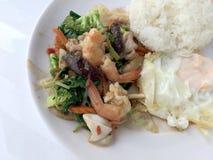 Vegetable блюдо stir-фрая с тайской здоровой едой stir-зажарило брокколи, гриб, морковь, hearb, кальмара и креветку с рисом и заж Стоковые Изображения RF