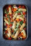 Vegetable поднос сосиски печет с Розмари стоковое фото