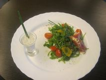 Vegetable салат и соус в стекле Стоковая Фотография RF