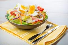 Vegetable салат на желтом полотенце Стоковые Фото