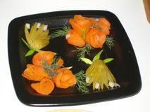 Vegetable салат огурцов и морковей с зелеными цветами Стоковые Изображения RF