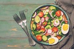 Vegetable салат с вареным яйцом служил на плите Зеленая деревенская предпосылка, вилки, салфетка Взгляд сверху, космос экземпляра Стоковое Изображение