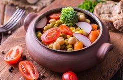 Vegetable салат в домашнем произведенном шаре на естественном деревянном столе Стоковое Изображение RF