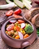 Vegetable салат в домашнем произведенном шаре с хлебом на деревянном столе Стоковое Изображение