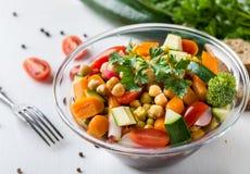 Vegetable салат в стеклянном шаре с брокколи и томатами на белой таблице Стоковое Изображение