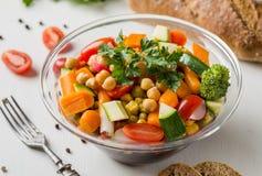 Vegetable салат в стеклянном шаре с брокколи и томатами на белой таблице Стоковое фото RF