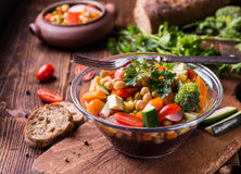Vegetable салат в стеклянном шаре с брокколи и томатами на темном деревянном столе Стоковое фото RF