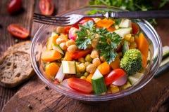 Vegetable салат в стеклянном шаре с брокколи и томатами на темноте Стоковое Изображение RF