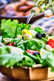 Vegetable салат салата Оливковое масло лить в шар салата Итальянская среднеземноморская или греческая кухня Вегетарианская еда ve стоковые изображения rf