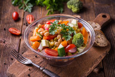 Vegetable салат с брокколи и томатами на темном деревянном столе Стоковое Изображение RF