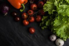 Vegetable смешивание с зеленым салатом на черной каменной таблице Стоковое Изображение