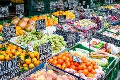 Vegetable стойка на рынке Naschmarkt в вене, Австрии Стоковое Фото