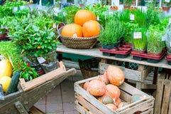 Vegetable стойка на рынке Naschmarkt в вене, Австрии Стоковые Фотографии RF