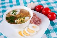 Vegetable суп украшенный с ломтиками яичка. Стоковые Фотографии RF