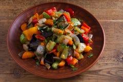 Vegetable тушёное мясо: баклажан, перец, томат, цукини, морковь и лук потушенные овощи Стоковая Фотография RF