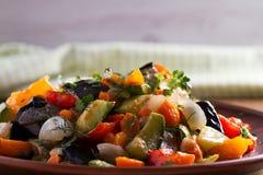 Vegetable тушёное мясо: баклажан, перец, томат, цукини, морковь и лук потушенные овощи Стоковое Фото