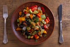 Vegetable тушёное мясо: баклажан, перец, томат, цукини, морковь и лук потушенные овощи Стоковые Изображения RF