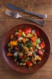 Vegetable тушёное мясо: баклажан, перец, томат, цукини, морковь и лук потушенные овощи Стоковое Изображение