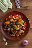 Vegetable тушёное мясо: баклажан, перец, томат, цукини, морковь и лук потушенные овощи Стоковые Фотографии RF