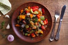 Vegetable тушёное мясо: баклажан, перец, томат, цукини, морковь и лук потушенные овощи Стоковое Изображение RF
