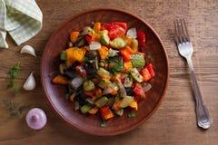 Vegetable тушёное мясо: баклажан, перец, томат, цукини, морковь и лук потушенные овощи Стоковые Изображения