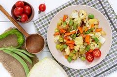 Vegetable тушёное мясо - смесь испеченной капусты, зеленых фасолей, луков, морковей, томатов вишни, сладостного перца на плите Стоковые Изображения