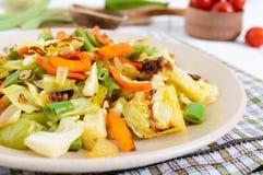 Vegetable тушёное мясо - смесь испеченной капусты, зеленых фасолей, луков, морковей, томатов вишни, сладостного перца на плите Стоковое Изображение RF