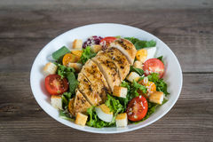 Vegetable salad with roasted chicken meat Royalty Free Stock Photos