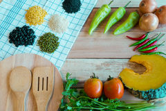 Vegetablea и пищевые ингредиенты на деревянном поле Взгляд сверху стоковые изображения