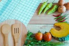 Vegetablea en Voedselingrediënten op een houten vloer Hoogste mening Royalty-vrije Stock Foto