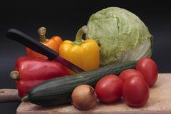 Vegetables on chopping board Royalty Free Stock Photos