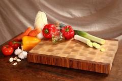 Vegetables on a chopping board Royalty Free Stock Photos