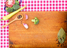Vegetables on cutting board Royalty Free Stock Photos