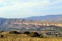 Vegetación romántica de la roca de las montañas del Cáucaso Foto de archivo
