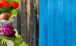 Vegetais apresentados no fundo de madeira velho Couve, tomates, pepinos Imagens de Stock Royalty Free