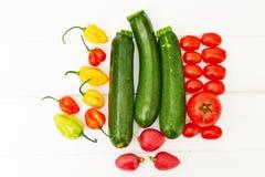 Vegetais arranjados na tabela branca Fotos de Stock