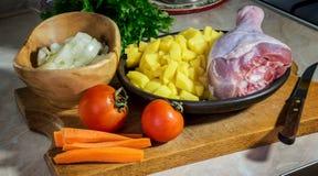 Vegetais - batatas, tomates, cebolas, cenouras e pilão de uma Turquia preparada cozinhando a sopa fotos de stock