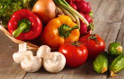 vegetais Bio vegetal fresco em uma cesta Sobre o fundo da natureza Imagens de Stock Royalty Free