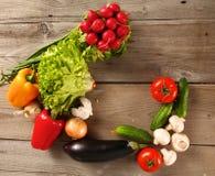 vegetais Bio vegetal fresco em uma cesta Sobre o fundo da natureza Foto de Stock